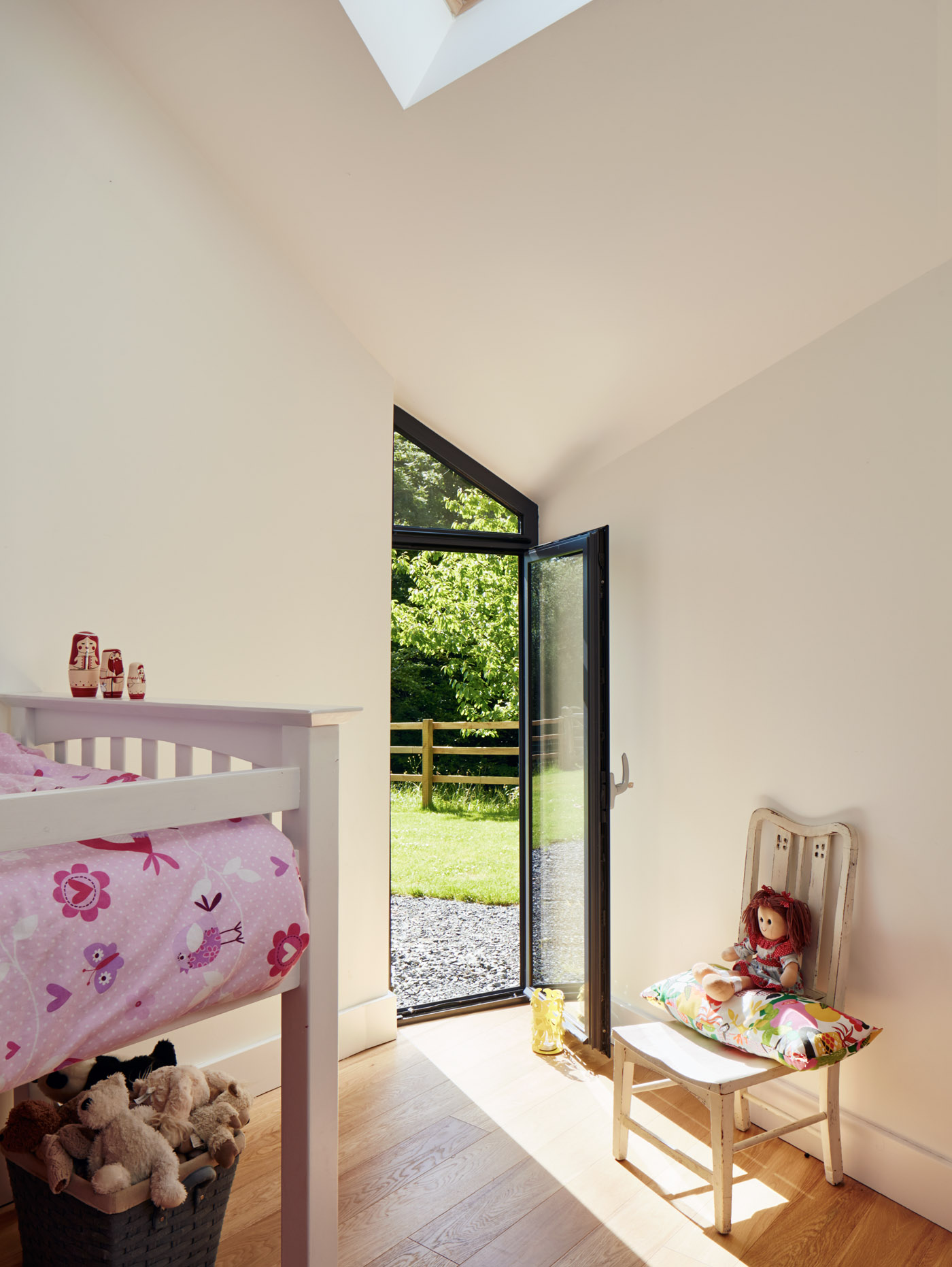 A child bedroom with tall ceilings, perfect for bunk-beds
